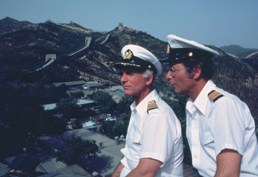 (7. Staffel) - Für die Gäste, wie auch die Besatzung um Kreuzfahrt Kapitän Merill Stubing (Gavin MacLeod, l.) und Doktor Adam Bricker (Bernie Kopell... - Bildquelle: CBS Studios Inc. All Rights Reserved.
