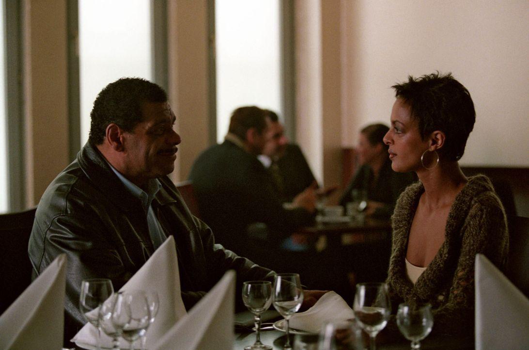 Annabel Sievers (Dennenesch Zoudé, r.) trifft nach 30 Jahren im Restaurant auf ihren Vater Morgan Jenkins (Günther Kaufmann, l.). - Bildquelle: Thomas Kost Sat.1
