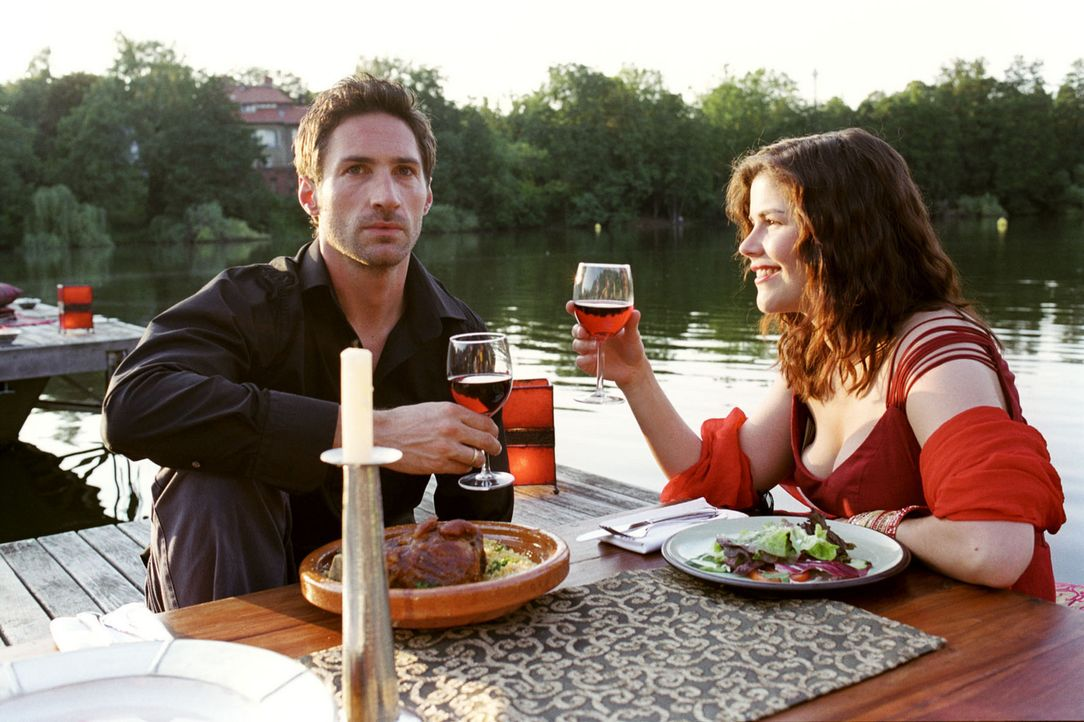 Pia (Katharina Wackernagel, r.) gibt sich bei einem romantischen Essen alle Mühe, den vom Eisprung-Timing gestressten Uli (Benjamin Sadler, l.) bei... - Bildquelle: Noreen Flynn Sat.1