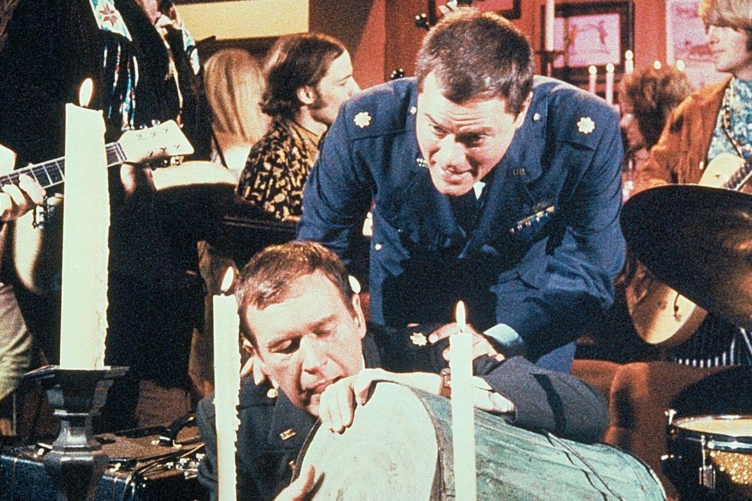 Tony (Larry Hagman, r.) findet seinen Freund Roger (Bill Daily, l.) zwischen dem Schlagzeug. - Bildquelle: Columbia Pictures
