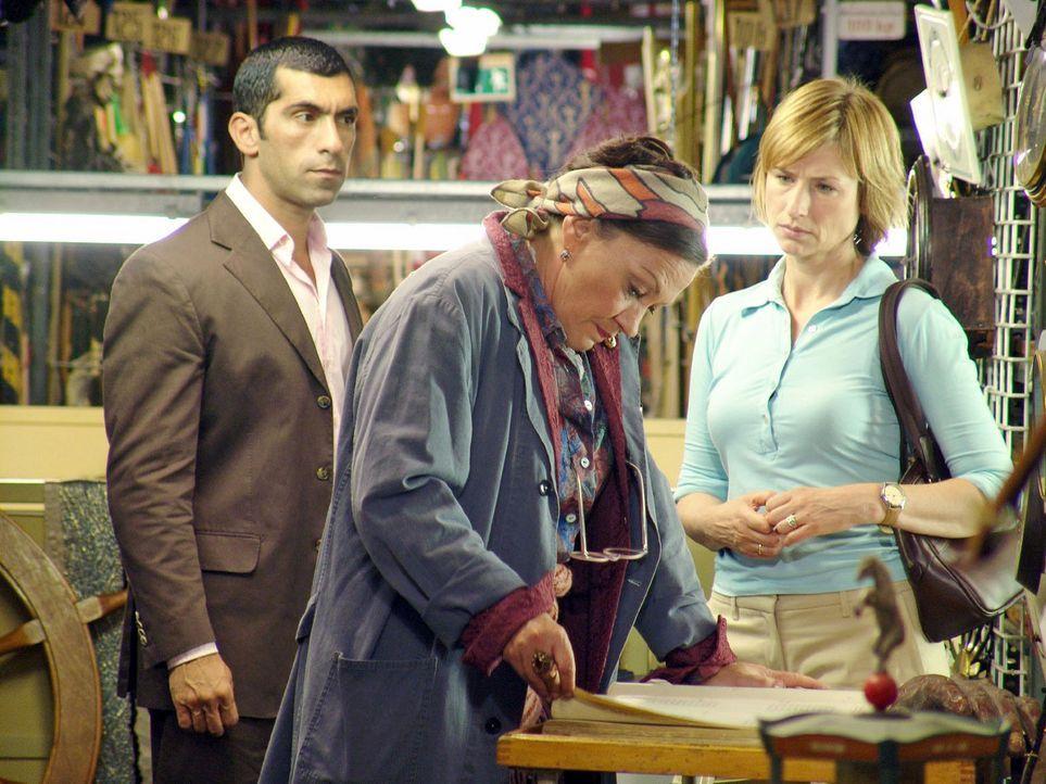 Der Filmproduzent J.J. Epstein wurde ermordet. Eva Blond (Corinna Harfouch, r.) und Alyans (Erdal Yildiz, l.) befragen Gerda aus dem Fundus (Karin N... - Bildquelle: Volker Roloff Sat.1
