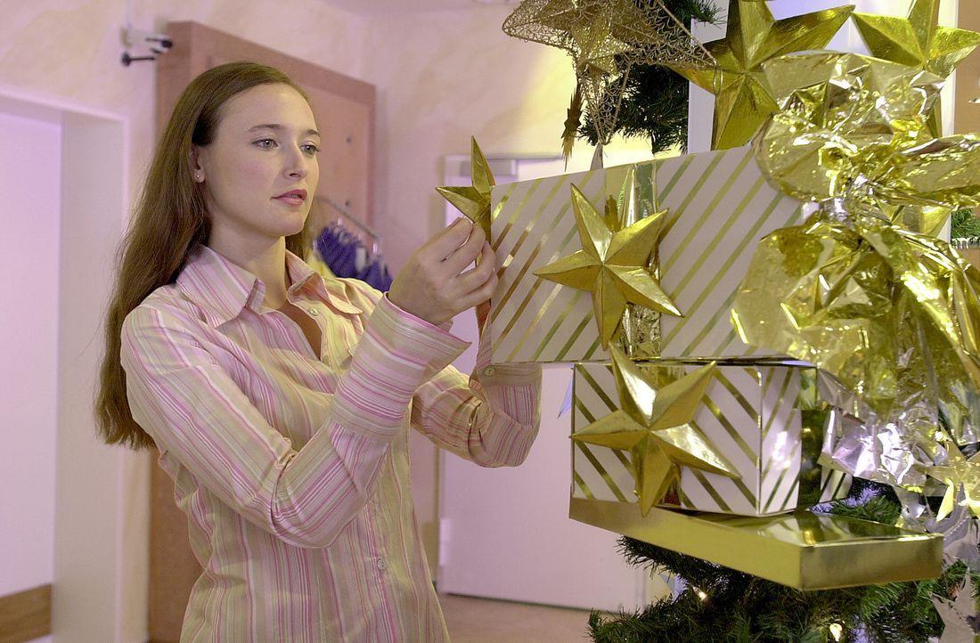 Obwohl ständig übermüdet, gibt sich Claudia (Deborah Kaufmann) größte Mühe, wieder eine liebevolle und ausgefallene Weihnachtsdekoration zu kreieren... - Bildquelle: Thomas Schumann/s.e.t. ProSieben