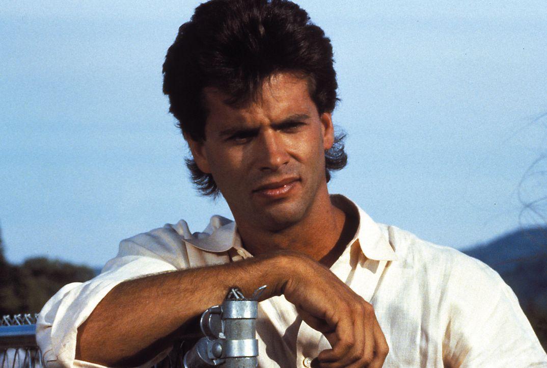 (1. Staffel) - Ein Playboy wie er im Buche steht: Julias Sohn Lance Cumson (Lorenzo Lamas) kümmert sich lieber um Frauen, als um die Herstellung von... - Bildquelle: Warner Brothers