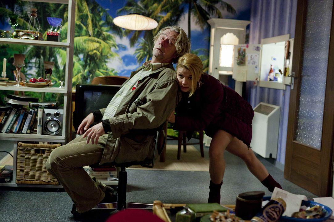 Während Danni (Annette Frier, r.) an einem neuen Fall arbeitet, erfüllt sich Kurt (Axel Siefer, l.) einen kleinen Traum - der jedoch nur von kurzer... - Bildquelle: Frank Dicks SAT.1
