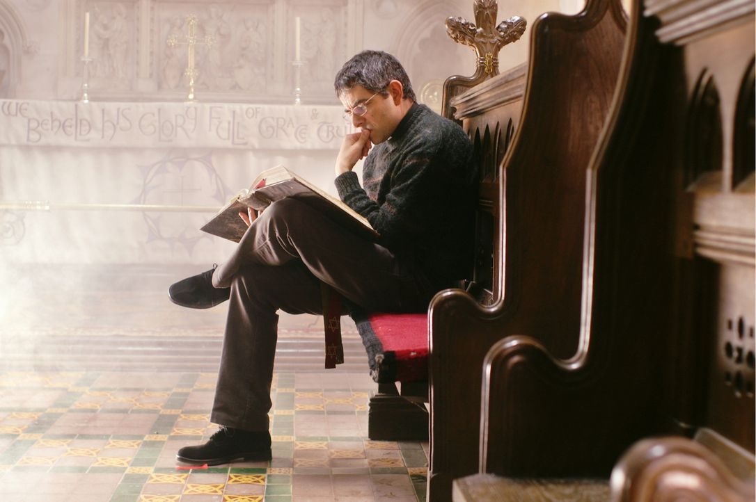Während Reverend Walter Goodfellow (Rowan Atkinson) vollauf  mit dem Schreiben einer Predigt für den Konvent beschäftigt ist, verfolgen seine Frau u... - Bildquelle: Constantin Film
