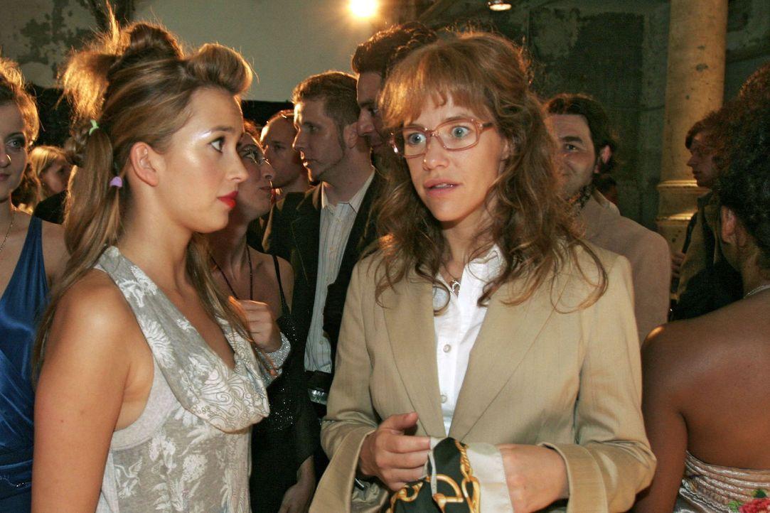 Hannah (Laura Osswald, l.) hat keine guten Nachrichten für Lisa (Alexandra Neldel, r.): Die Präsentation ist in Gefahr ... (Dieses Foto von Alexandr... - Bildquelle: Noreen Flynn Sat.1