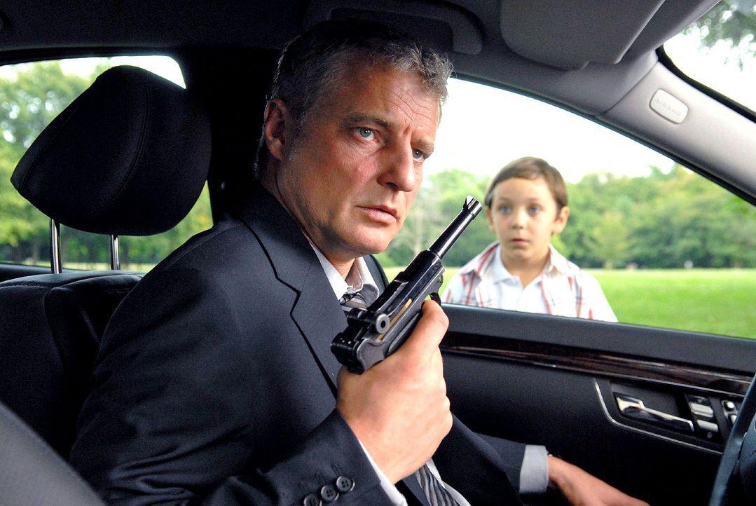Adrian (Konstantin Reichmuth, r.) beobachtet gebannt, was sein Onkel Sebastian (Filip Peeters, l.) mit der Waffe vorhat ... - Bildquelle: Petro Domenigg Sat.1