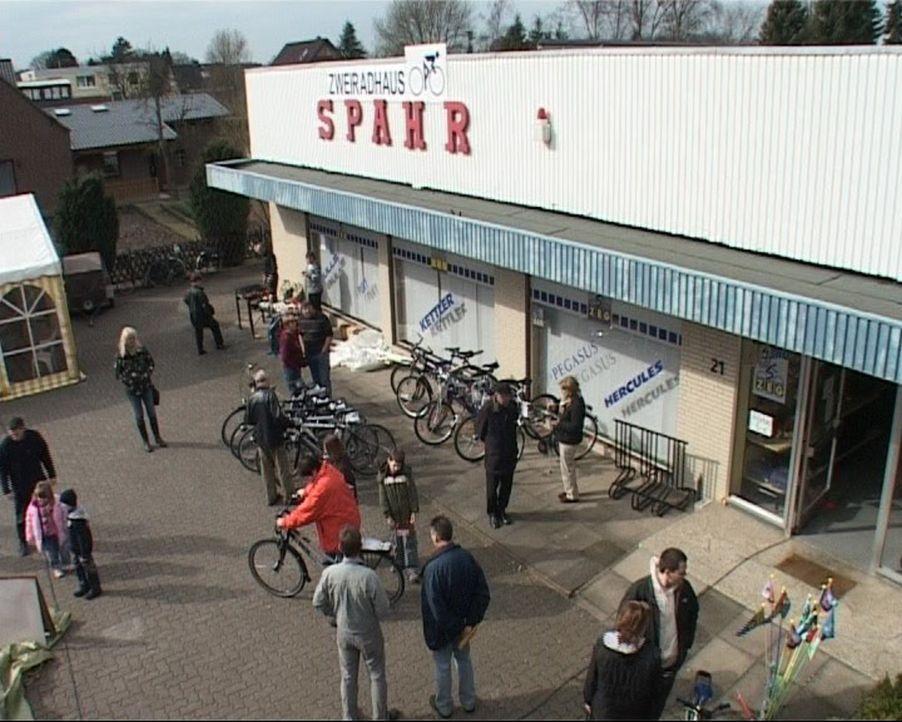 """Der """"alte"""" Fahrradladen im neuen Glanz: Die Neueröffnung lockt die ersten Kunden an. - Bildquelle: Sat.1"""