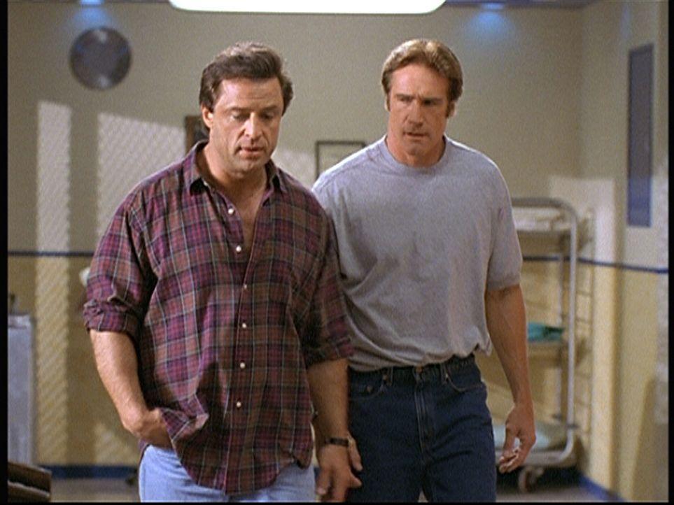 Steve (Barry Van Dyke, r.) besucht seinen Partner Reggie (Joe Penny, l.) im Krankenhaus. Reggie leidet stark unter der Trennung von seiner Familie. - Bildquelle: Viacom