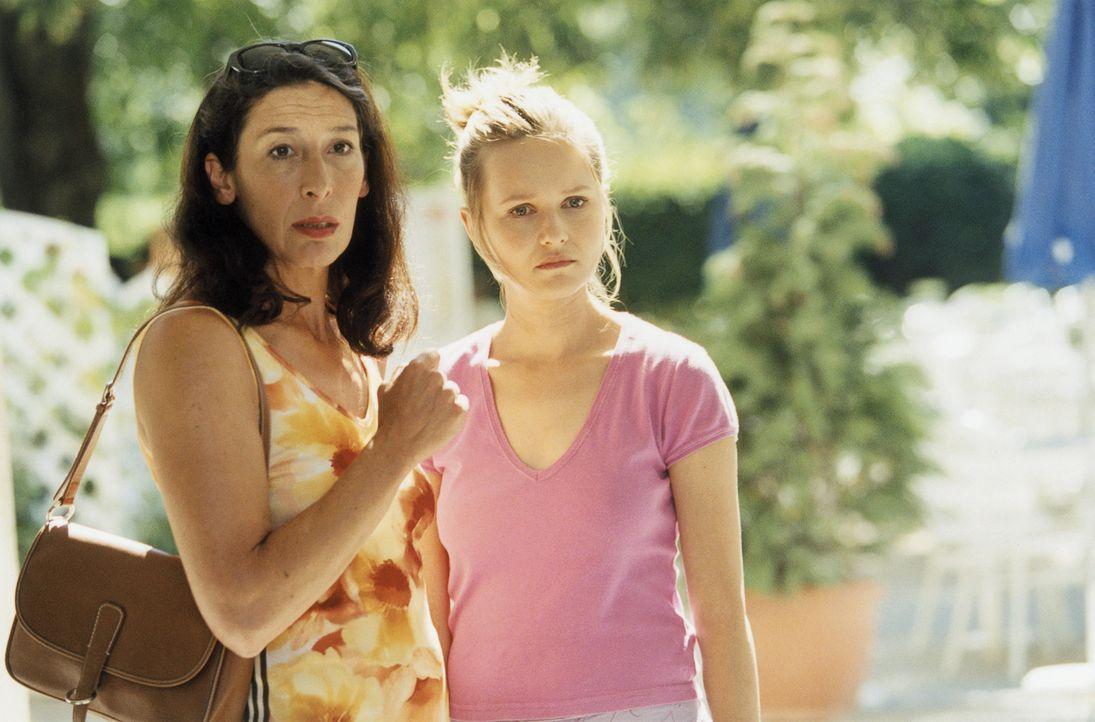 Mutter (Adele Neuhauser, l.) und Tochter (Stefanie Stappenbeck, r.) sind überzeugt, dass Italiener manchmal anders ticken ... - Bildquelle: Christian Rieger/Klick ProSieben