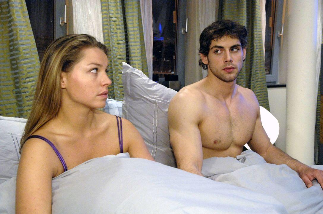 Jonas (Roy Peter Link, r.) will es mit Katja (Karolina Lodyga, l.) langsam angehen lassen. - Bildquelle: Claudius Pflug Sat.1
