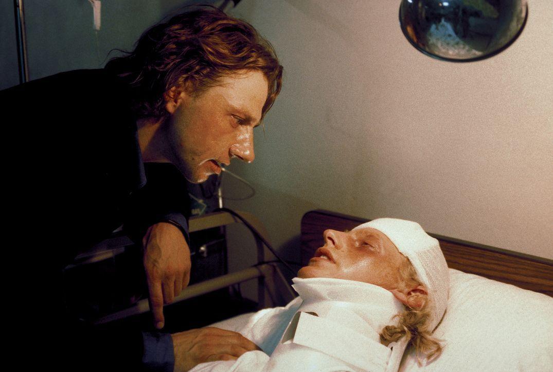 Als Lizzys Vater Gregor (Richy Müller, l.) von dem mysteriösen Verschwinden seiner Tochter erfährt, fliegt er sofort in die Karibik. Dort findet er... - Bildquelle: Erika Hauri ProSieben
