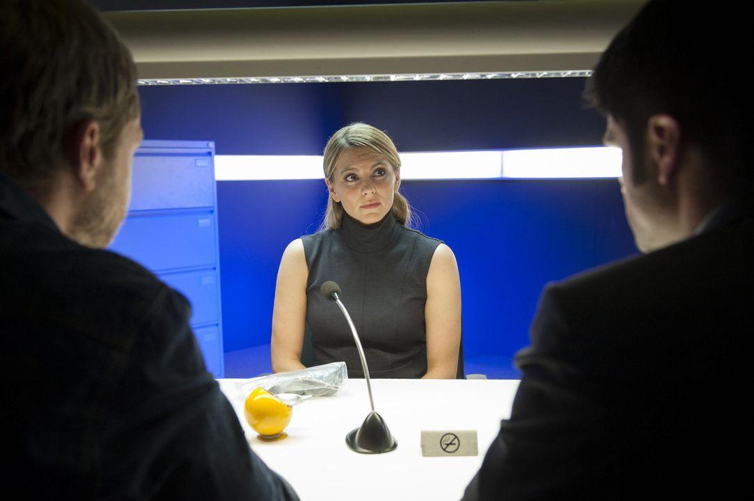 Die Freundin des Ermordeten, Silke Wieland (Luise Bähr), will von dessen krimineller Vergangenheit nichts gewusst haben ... - Bildquelle: Martin Rottenkolber SAT.1 / Martin Rottenkolber