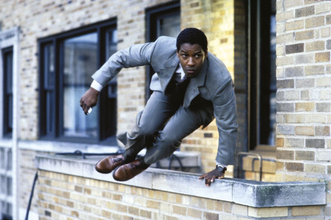 Auf der Flucht vor der Staatsmacht, aber gleichzeitig auf der Suche nach der Wahrheit: Gray Grantham (Denzel Washington) ... - Bildquelle: 1993 Warner Brothers