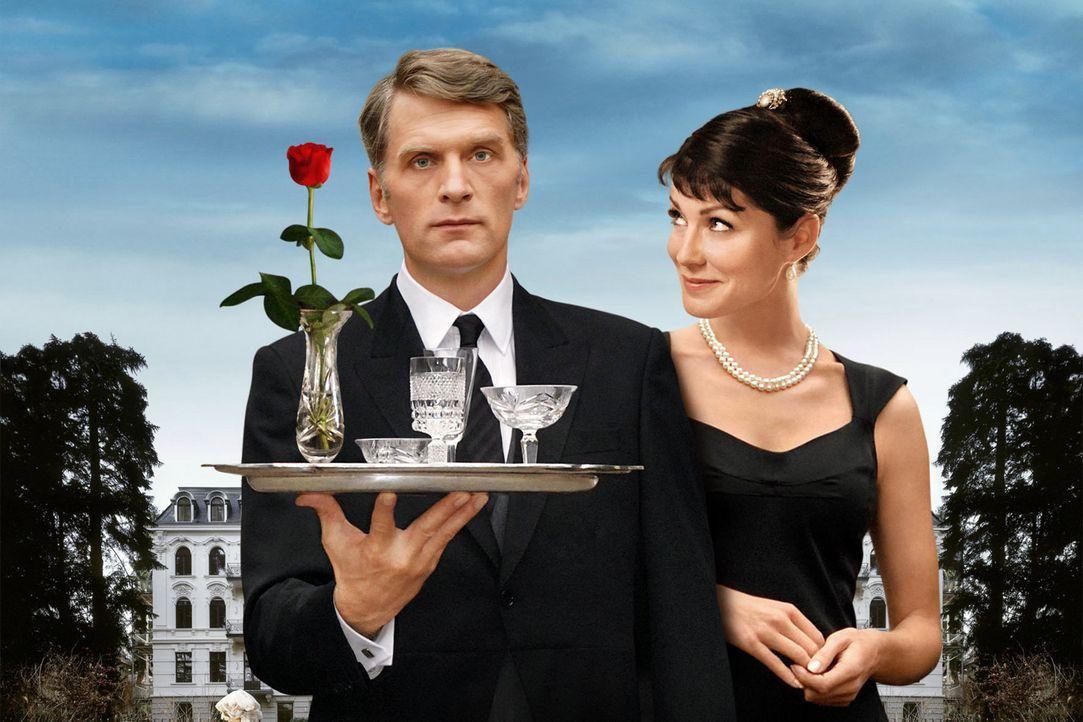 Fabian Schlüter (Walter Sittler, l.), ein Butler von Format, soll die Hochzeit der chaotischen und verarmten Patricia von Knesewitz (Esther Schweins... - Bildquelle: Rainer Bajo Sat.1