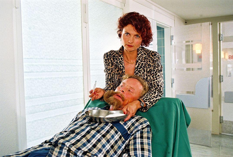 Frau Schoppenrath (Angela Hobrig, hinten) kann den Bart ihres Mannes (Hubertus Hartmann, vorne) nicht mehr sehen und schneidet ihn kurzerhand ab. - Bildquelle: Noreen Flynn Sat.1
