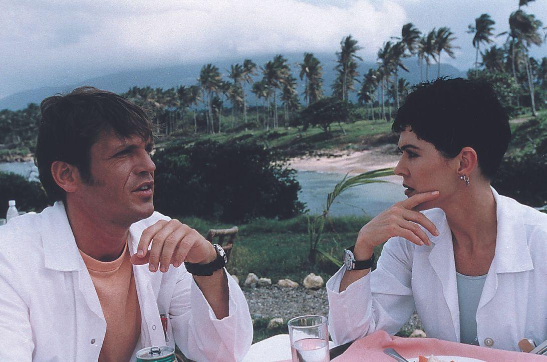 Ulf Wallin (Tobias Hoesl, l.); Dr. Andrea Kaltenbach (Anja Kruse, r.) - Bildquelle: Lisa Film