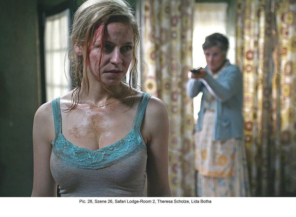 Erst spät erkennt Marisa (Theresa Scholze, l.), dass die alte Lodgebesitzerin (Lida Botha, r.) mit den Entführern unter einer Decke steckt ... - Bildquelle: Boris Guderjahn ProSieben
