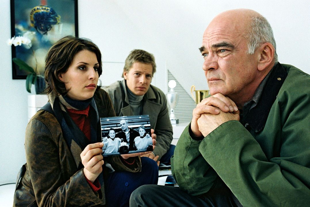Nina (Elena Uhlig, l.) und Leo (Henning Baum, M.) treffen Trainer Unzer (Peer Jäger, r.) in der Wohnung des Verstorbenen an. Er hatte Rick Römer s... - Bildquelle: Christian A. Rieger Sat.1