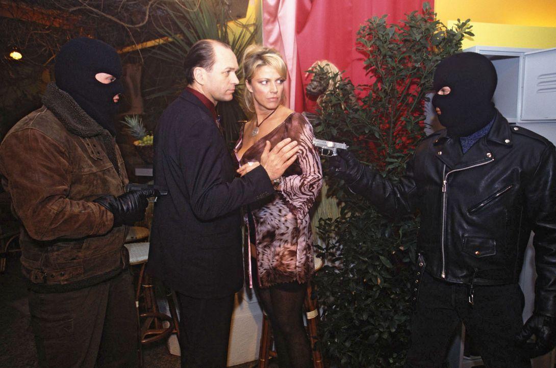 Zwei Maskierte überfallen den Club und fordern von Sylvia (Ursula Gottwald, 2.v.r.) und Gerhard (Horst-Günter Marx, 2.v.l.) Bares. - Bildquelle: Magdalena Mate Sat.1