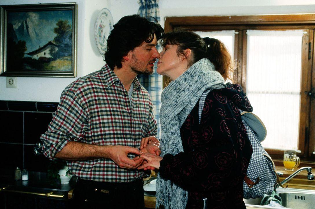 Vroni Röckl (Olivia Pascal, r.) hat sich mit Sepp Schoder (Pascal Breuer, l.) verlobt. Das passt dem alten Vater Schoder nicht. Am nächsten Tag wird... - Bildquelle: Magdalena Mate Sat.1