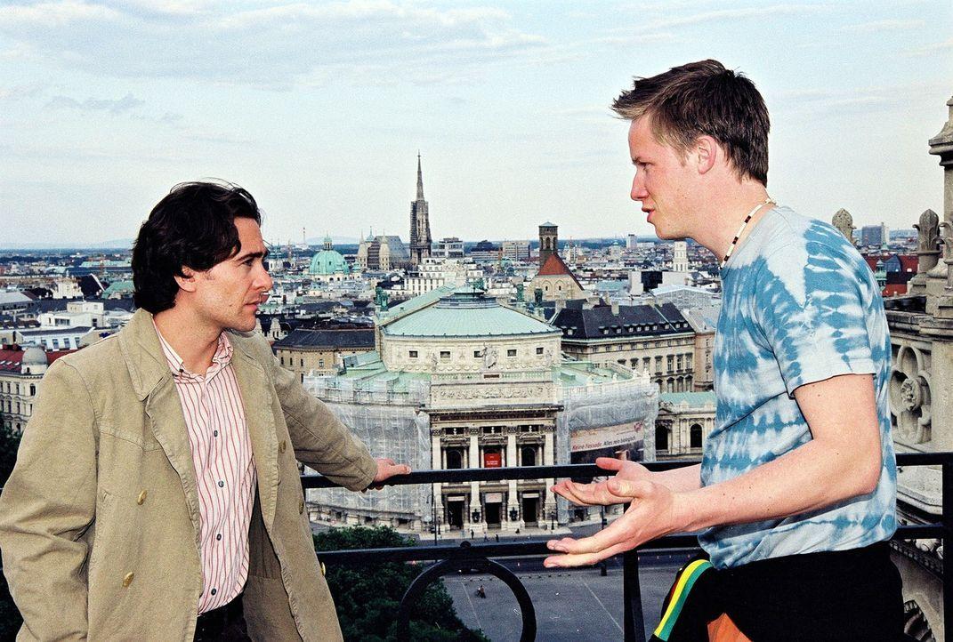 Marc (Alexander Pschill, l.) befragt Piet (Nikolaus Benda, r.) über die Freeclimber-Szene in Wien. - Bildquelle: Ali Schafler Sat.1
