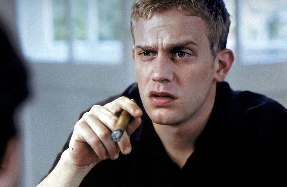 Seit der niederschmetternden Diagnose lässt es sich Stefan (Sebastian Bezzel) gut gehen. Alkohol und Nikotin können ihm als Todgeweihtem ja jetzt ni... - Bildquelle: Kaysser ProSieben