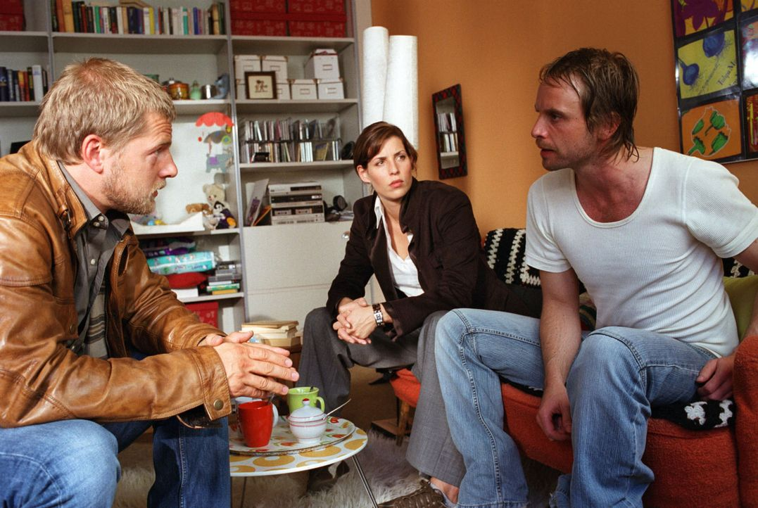 Die Ermittlungen führen Nina (Elena Uhlig, M.) und Leo (Henning Baum, l.) zu Kai Lohberg (Julian Weigend, r.), einem vorbestraften Einbrecher und al... - Bildquelle: Christian A. Rieger Sat.1