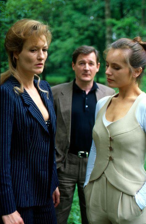 Die Schwestern Astrid (Suzanne von Borsody, l.) und Britta (Nadja Uhl, r.) führen gemeinsam nach dem Tod ihrer Eltern das Modehaus Winkelmann. Die e... - Bildquelle: Stössel Sat.1