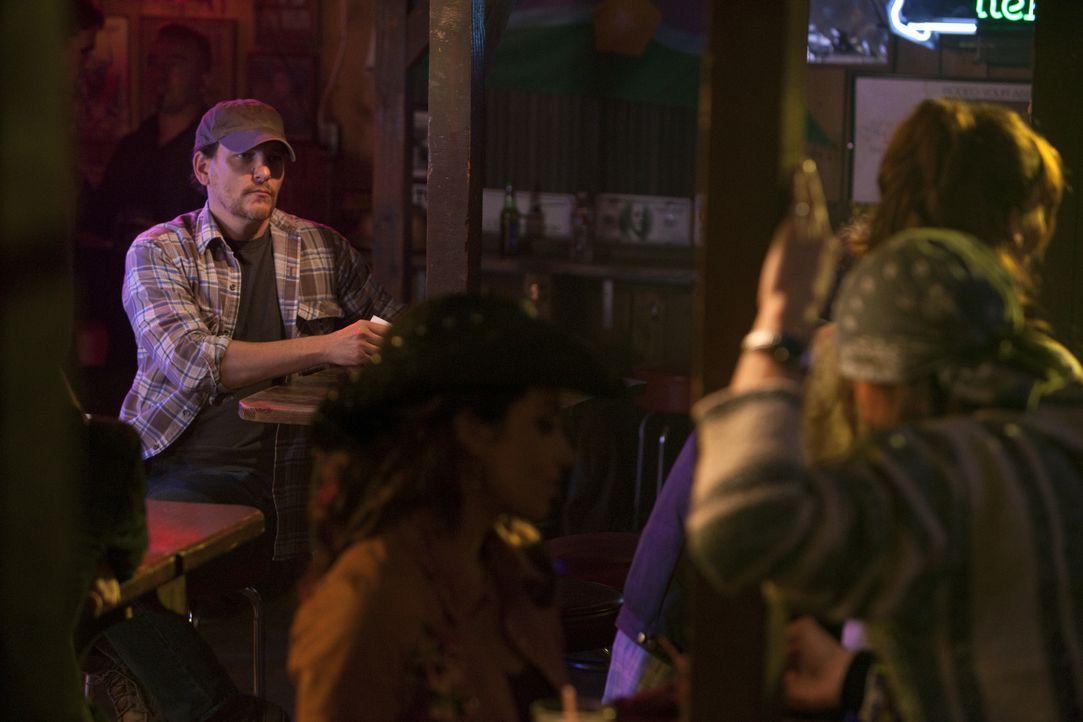 Hat Wade Hatchett (Bradford Tatum, l.) etwas mit den entführten Frauen zu tun? - Bildquelle: Adam Rose 2010 ABC Studios. All rights reserved. / Adam Rose