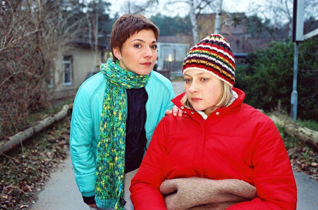 Schwester Stephanie (Claudia Schmutzler, l.) muss die querschnittsgelähmte Maja (Katrin Brockmann, r.) überzeugen, die dringend notwendige Operation... - Bildquelle: Noreen Flynn Sat.1