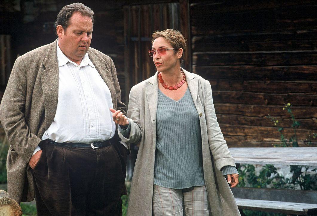 Benno (Ottfried Fischer, l.) und Sabrina Lorenz (Katerina Jacob, r.) stellen noch einmal die entscheidende Frage: Unfall oder Mord? - Bildquelle: Magdalena Mate Sat.1