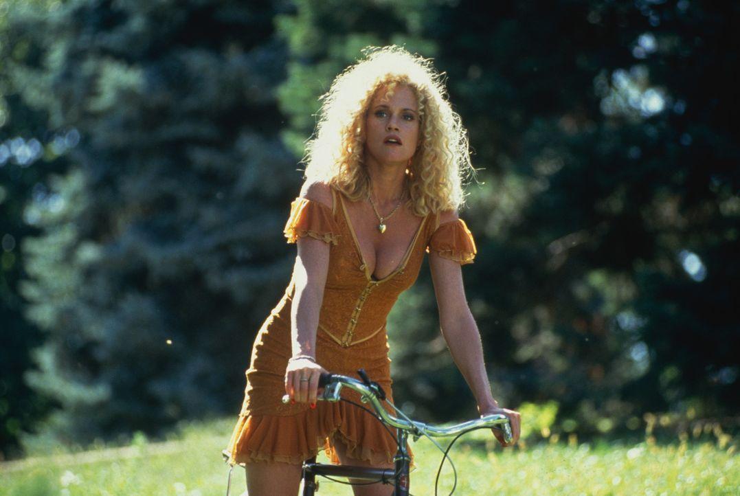 In der Kleinstadt möchte V (Melanie Griffith) ein neues Leben beginnen, doch ihr Zuhälter macht ihr ernsthafte Schwierigkeiten ... - Bildquelle: TM, ® &   1994 by Paramount Pictures. All Rights Reserved.