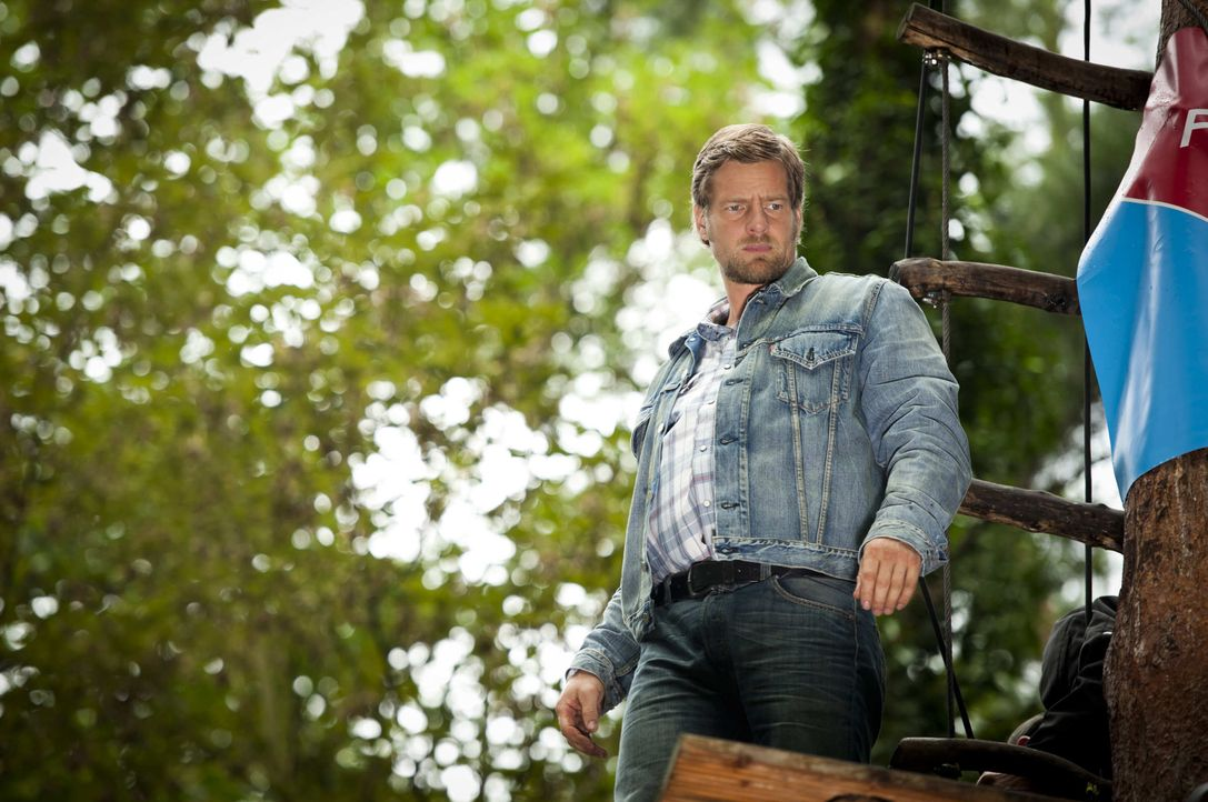 Nach Tanjas Schussverletzung hat Mick (Henning Baum) ganz andere Sorgen, als irgendwelche Verbrecher zu jagen. Da wird der Besitzer eines Kletterpar... - Bildquelle: Martin Rottenkolber SAT.1 / Martin Rottenkolber