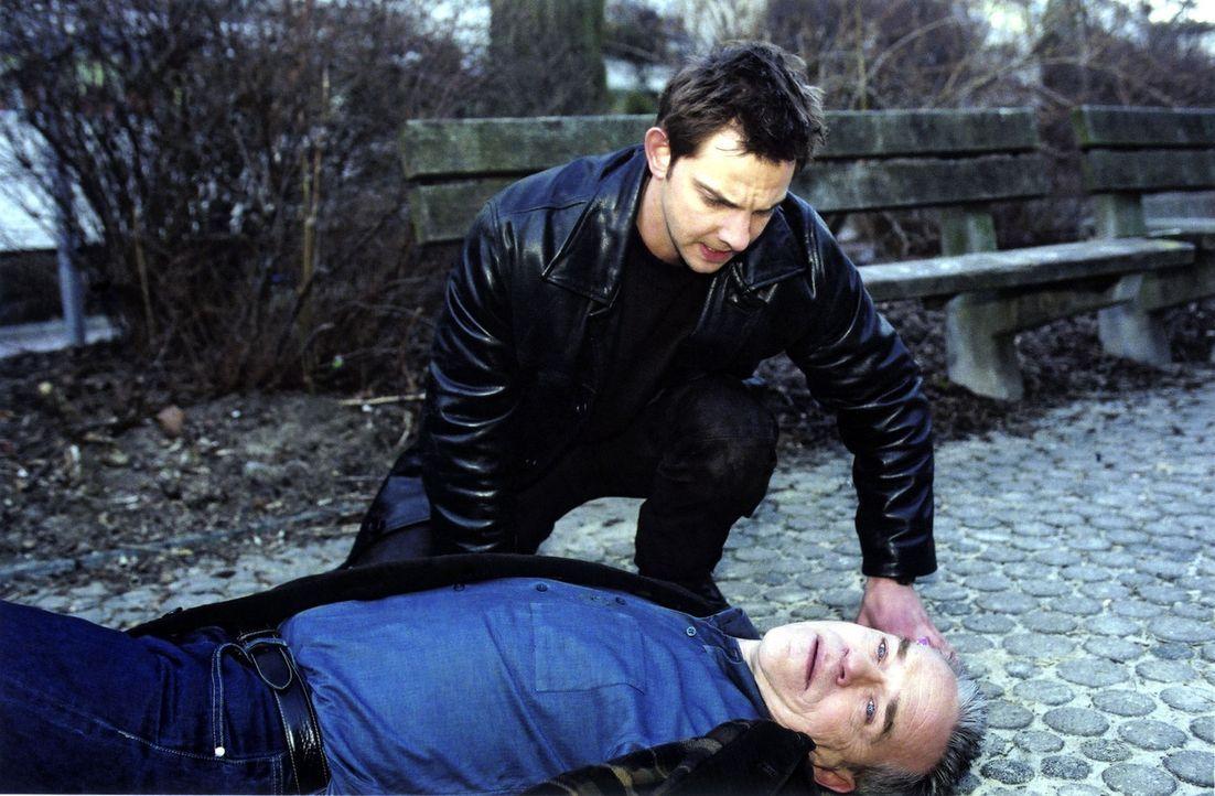 Tom (Steven Merting, l.) kommt seinem angeschossenen Chef Kommissar Wolff (Jürgen Heinrich, liegend) zu Hilfe. - Bildquelle: Claudius Pflug Sat.1