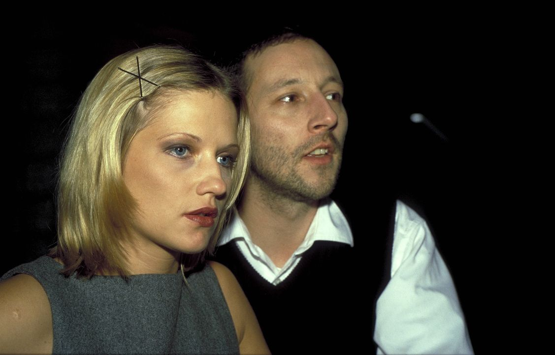 Als Bendix (Oliver Broumis, r.) herausfindet, dass Bibi (Doreen Jacobi, l.) eine Affäre mit Löwe hat, versetzt er sie ins Archiv ... - Bildquelle: Ines Gellrich ProSieben