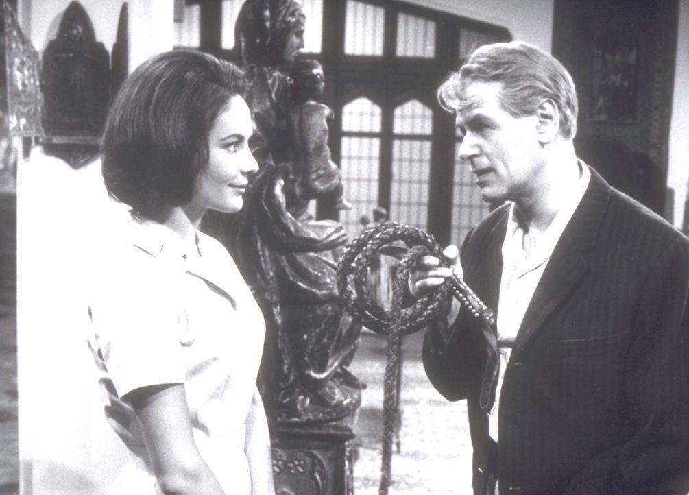 Der clevere Journalist Wellby (O.W. Fischer, r.) will Clarissa (Karin Dor, l.) helfen, den Mord an ihrem Vater aufzuklären.