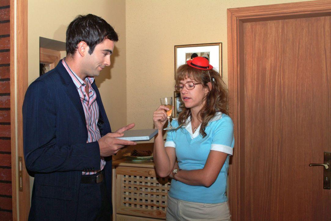 Überraschend steht David (Mathis Künzler, l.) vor der Tür - aber Lisa (Alexandra Neldel, r.) reagiert kühl. (Dieses Foto von Alexandra Neldel darf n... - Bildquelle: Monika Schürle Sat.1