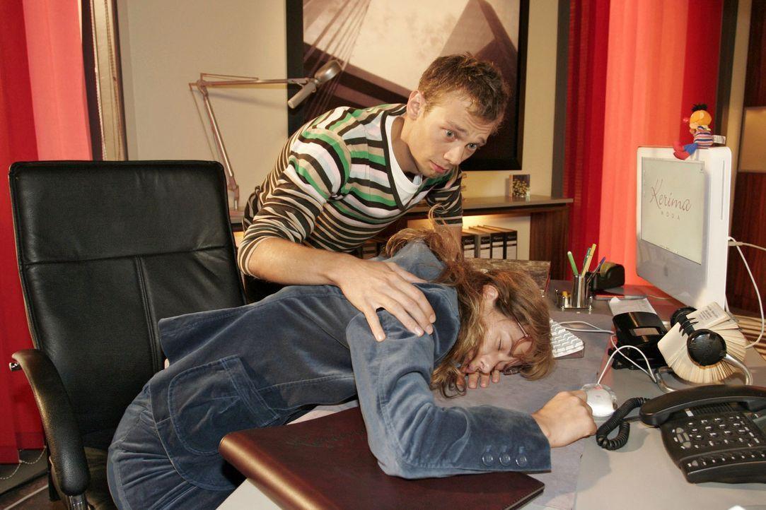 Jürgen (Oliver Bokern, l.) ist entsetzt, Lisa (Alexandra Neldel, r.) auf ihrem Schreibtisch schlafend vorzufinden. Eigentlich müsste sie jetzt an ei... - Bildquelle: Noreen Flynn Sat.1