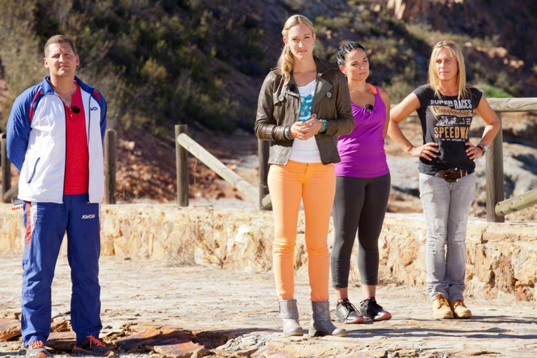 Heute laden Campchefin und Kickboxweltmeisterin Dr. Christine Theiss (2.v.l.), Fitness- und Ernährungsexpertin Silke Kayadelen (2.v.r.), Fitnesscoac... - Bildquelle: Enrique Cano SAT.1