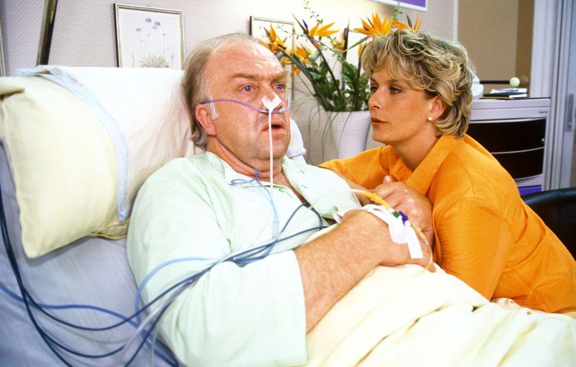 Professor Berner (Martin Lüttge, l.) möchte sich am Krankenbett mit seiner Tochter Sonja (Janette Rauch, r.) endlich versöhnen ... - Bildquelle: Noreen Flynn Sat.1