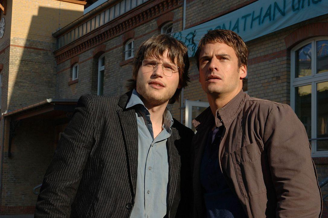 Fast zu spät erkennen Martin (Sebastian Ströbel, l.) und Lars (Stephan Luca, r.), was für sie wirklich zählt ... - Bildquelle: Dirk Plamböck ProSieben