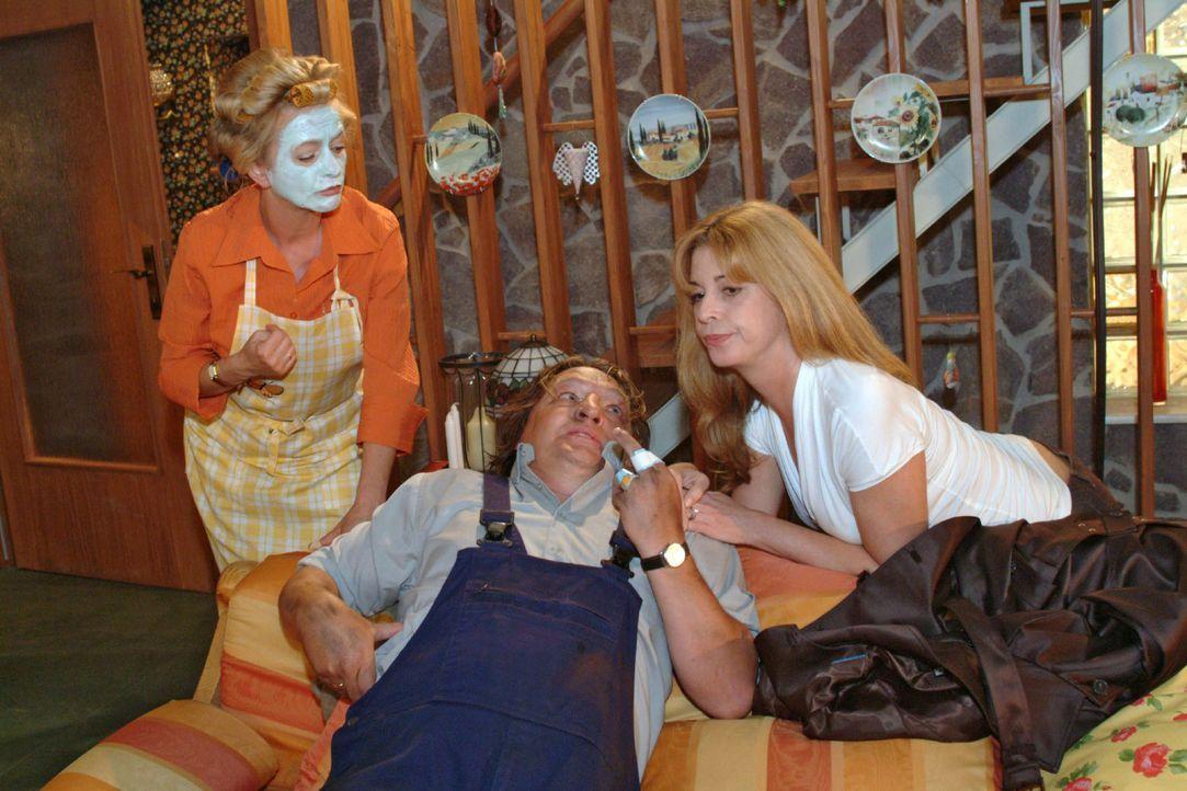 Helga (Ulrike Mai, l.) ist verwundert, als Bernd (Volker Herold, M.) mit Laura (Olivia Pascal, r.) ins Haus schneit - und registriert erst spät, das... - Bildquelle: Monika Schürle Sat.1