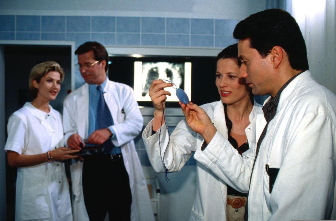 Dr. Markus Kampmann (Ulrich Reinthaller, r.) zeigt Dr. Ehrbach (Heidrun Gärtner, 2.v.r.) das Amulett des asthmakranken Denny. - Bildquelle: Norbert Kuhroeber Sat.1