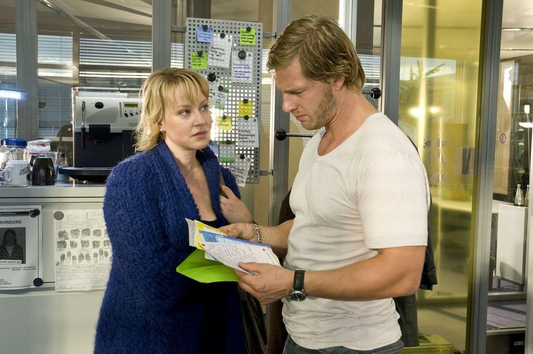 Plötzlich taucht Lisa (Floriane Daniel, l.) in der Dienststelle auf und übergibt Mick (Henning Baum, r.) Briefe, die seine Tochter Isabelle ihm, wäh... - Bildquelle: Martin Rottenkolber SAT.1