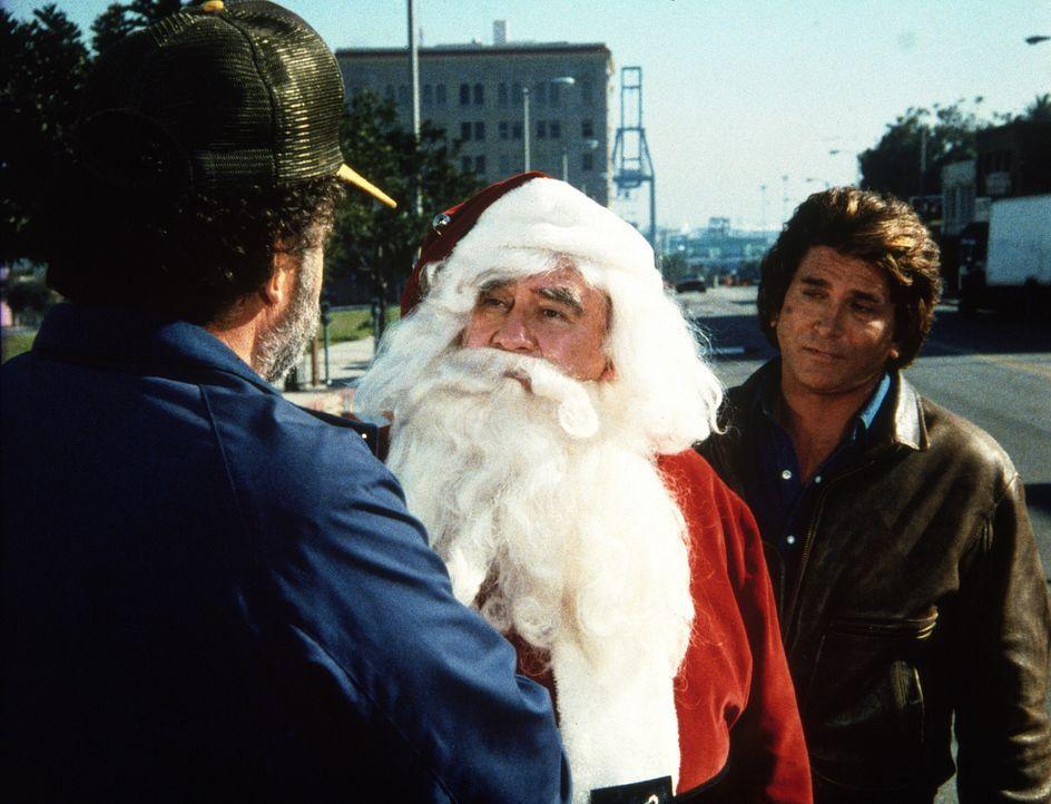 Harold (Edward Asner, M.), als Weihnachtsmann verkleidet, wird von Jonathan (Michael Landon, r.) und Mark (Victor French, l.) auf frischer Tat ertap... - Bildquelle: Worldvision Enterprises, Inc.