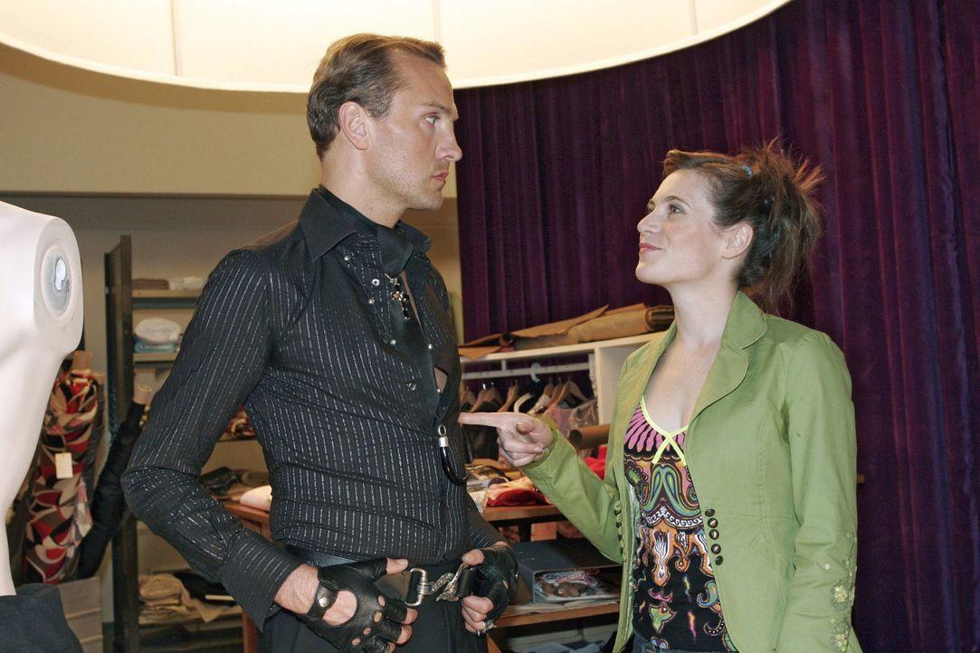 Während sich Hugo (Hubertus Regout, l.) dem Selbstmitleid hingibt, hat Britta (Susanne Berckhemer, r.) eine Idee, wie sie ihn wieder motivieren kann... - Bildquelle: Noreen Flynn Sat.1