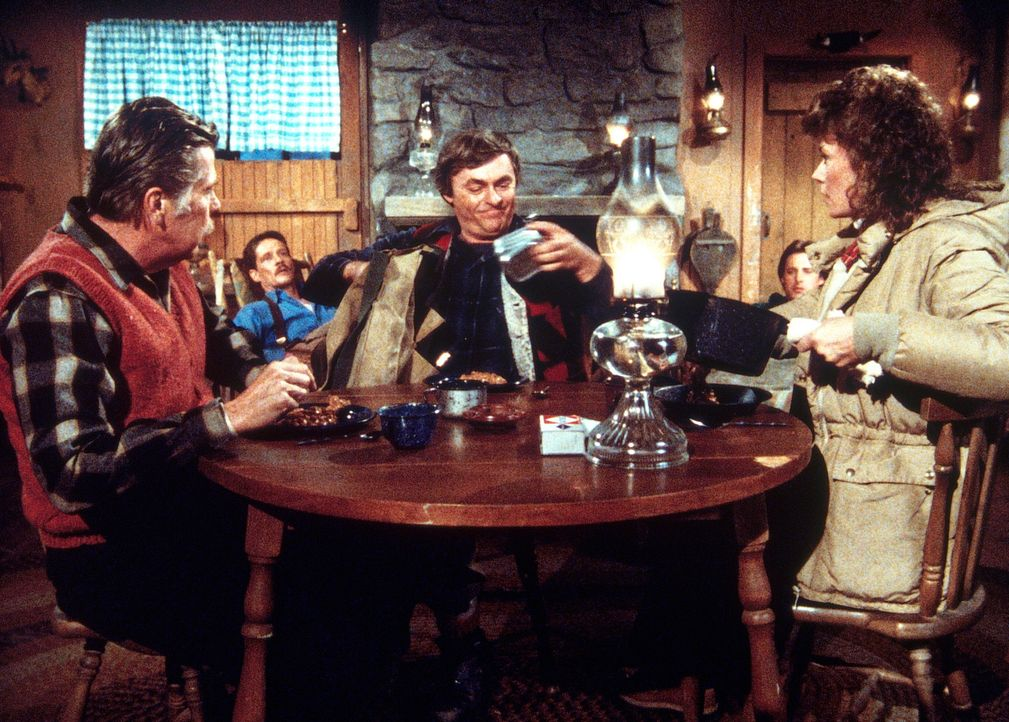 Weihnachtsparty mit KGB-Agenten: Amanda (Kate Jackson, r.) hat einen Waffenstillstand vereinbart, um den verletzten Lee (Bruce Boxleitner, hinten) z... - Bildquelle: CBS Television
