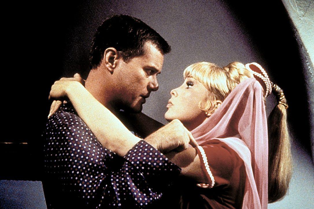 Jeannie (Barbara Eden, r.) und Tony (Larry Hagman, l.) halten sich ausgerechnet im selben Hotel auf. - Bildquelle: Columbia Pictures