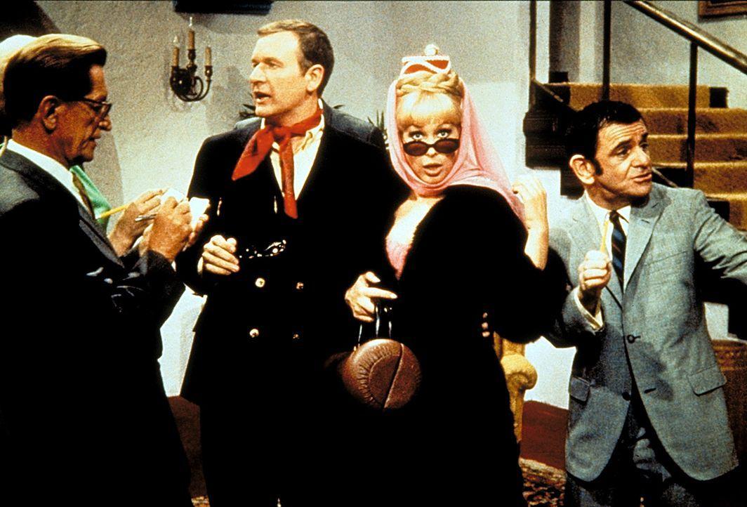 Jeannie (Barbara Eden, 2.v.r.) soll bei einer Fernsehshow als Gaststar auftreten. Weil ein richtiger Star auch einen Manager braucht, wird Roger (Bi... - Bildquelle: Columbia Pictures